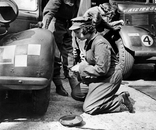The Princess Elizabeth Windsor, change the wheel of a British military vehicle of the Second World War , in the 1940s (AFP).